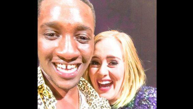 OMG! Adele besó en la boca a este fan y así reaccionó [VIDEO]