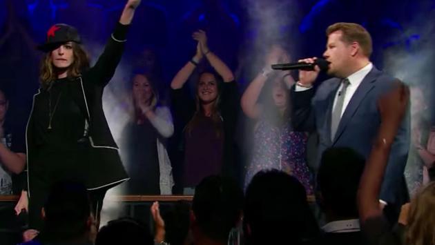 ¡Anne Hathaway y James Corden en épica batalla de rap! [VIDEO]
