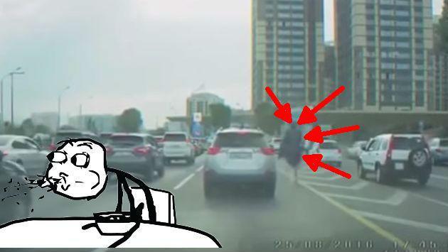 ¿Este hombre montó una avestruz para escapar del tráfico? [VIDEO]