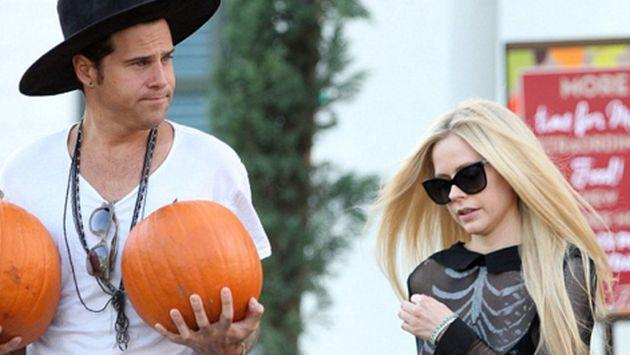 ¿Avril Lavigne olvidó a su exesposo y ahora convive con otro músico?
