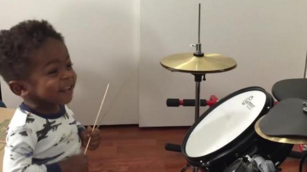 ¡Conoce a este increíble baterista de rock de solo 1 año de edad!  (VIDEO)