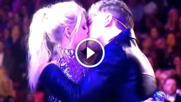 Meghan Trainor y Charlie Puth y su apasionado beso en los American Music Awards [VIDEO]