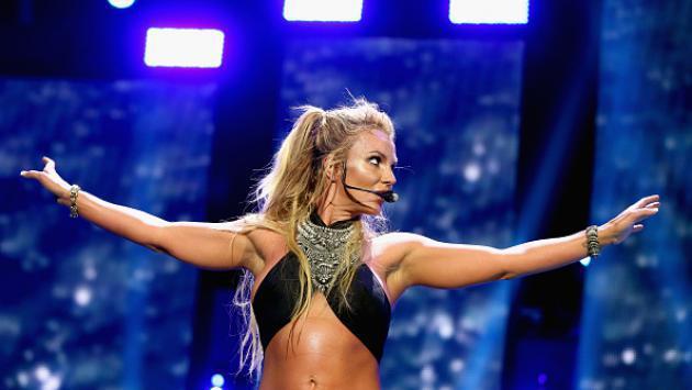 OMG! Britney Spears vivió incómodo momento al intentar ser cargada por bailarín  [VIDEO]