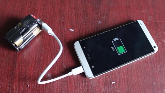 ¡No te quedes sin batería! Aprende a cargar tu celular con solo cuatro pilas  [VIDEO]