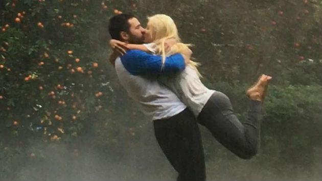 ¡Christina Aguilera vive un romántico momento bajo la lluvia! [FOTO]