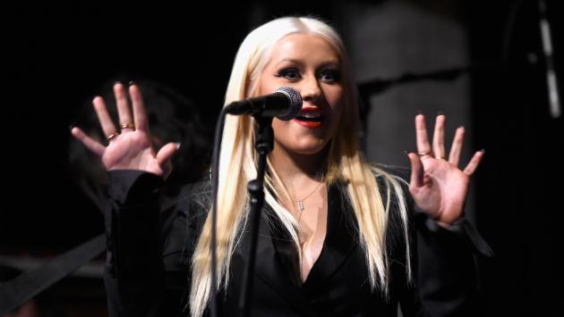 ¡Christina Aguilera besó a una concursante de 'The Voice'!