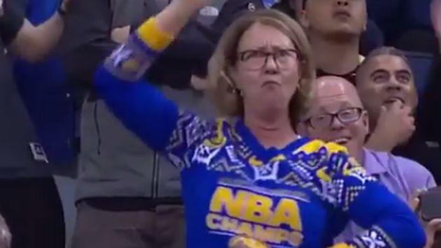 ¡Esta mujer sorprendió con divertida coreografía en partido de baloncesto! [VIDEO]