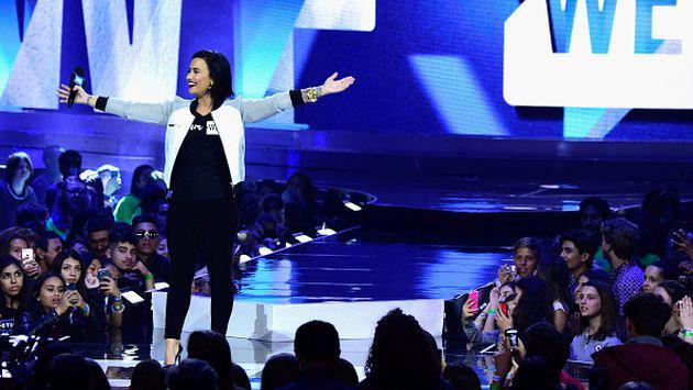 Demi Lovato sufrió otra caída durante presentación [VIDEO]