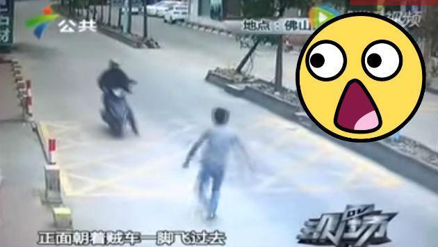 Detuvo a un ladrón que huía en moto con una impresionante maniobra [VIDEO]