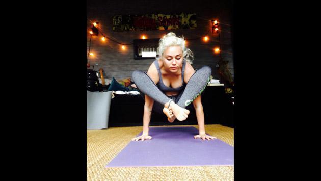 El atrevido yoga de Miley Cyrus en Instagram [FOTOS]