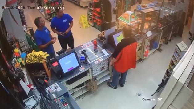Jamás imites a este trabajador en una situación similar [VIDEO]