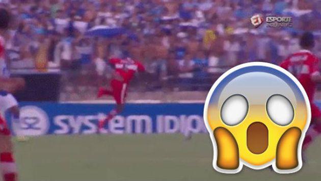 ¿Un fantasma se 'bajó' a un futbolista durante partido? [VIDEO]