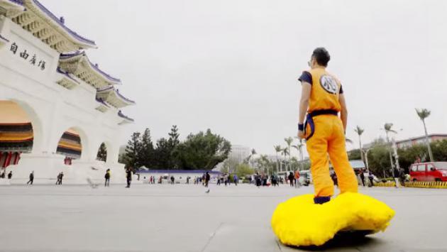 OMG! Se disfrazó de 'Gokú' y paseó con su 'nube voladora' por las calles [VIDEO]
