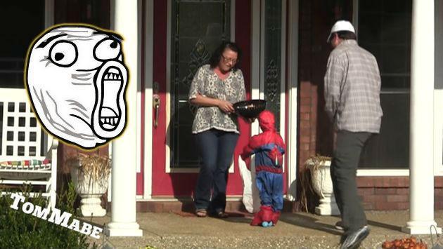 ¡Este hombre pidió dulces en Halloween con un 'niño falso'! ¿Cómo le fue? [VIDEO]