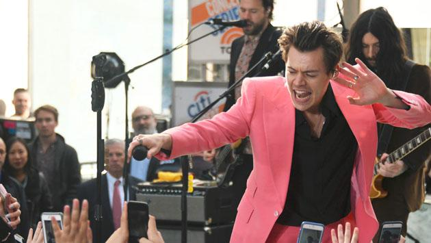 ¡Harry Styles estrenó su canción 'Carolina' en concierto en plena calle! [FOTOS Y VIDEO]