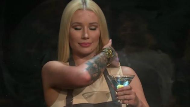 Mira cómo reacciona Iggy Azalea cuando le lanzan comida en 'The Late Late Show' [VIDEO]