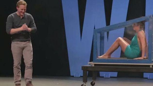 OMG! Ilusionista dejó desnuda a mujer en pleno acto de magia [VIDEO]