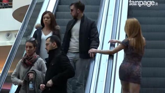 ¿Cómo reaccionarías si esta atractiva joven se te insinúa en presencia de tu novia? [VIDEO]