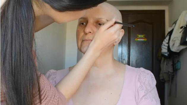 ¡Joven maquilla a su madre, quien padece cáncer! Este fue el resultado [VIDEO]