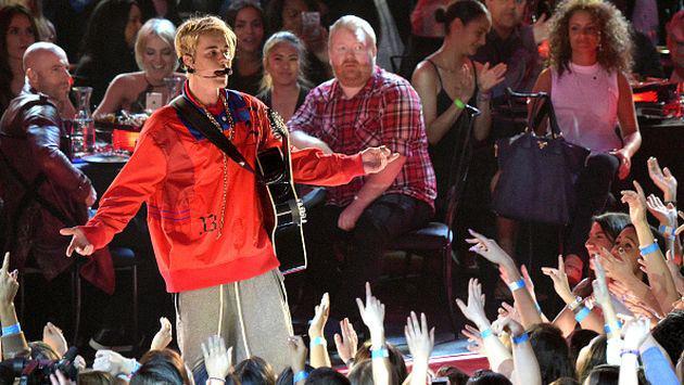¡Auch! Justin Bieber sufrió fuerte caída durante concierto [VIDEOS]