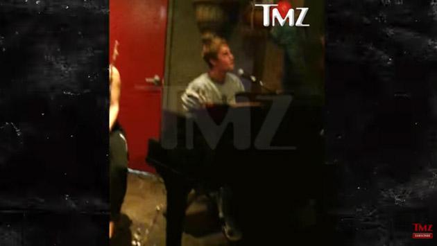 Justin Bieber canta 'Sorry' y toca el piano en un bar a cambio de bebidas gratis [VIDEO]