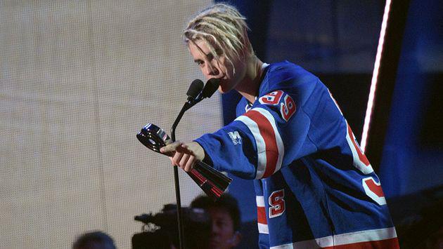 Justin Bieber coquetea con una fan en discoteca [VIDEO]