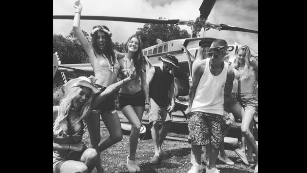 Justin Bieber en el paraíso: se pasea en helicóptero lleno de chicas en bikini [FOTOS]