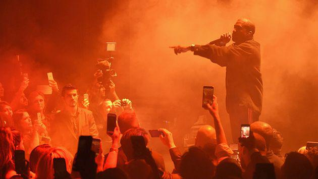OMG! Kanye West se llevó tremendo susto con fan en concierto [VIDEO]