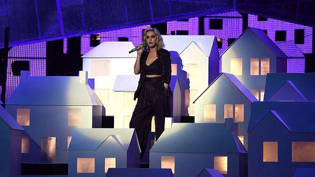 ¡Bailarín de Katy Perry sufrió fuerte caída en pleno show de los Brit Awards! [VIDEO]