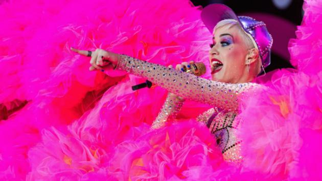 ¡Fanática! Katy Perry persigue a Céline Dion en París [VIDEO]