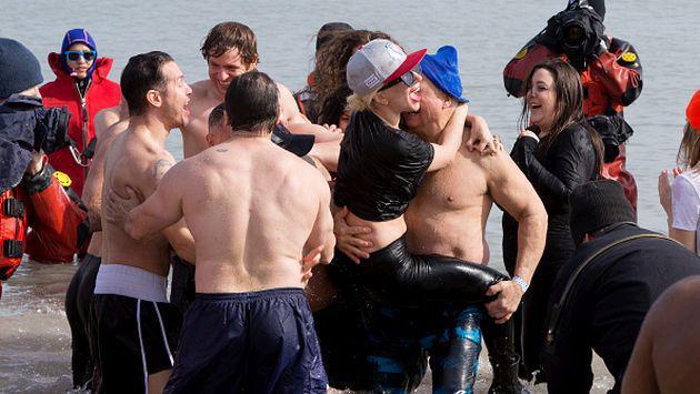 ¡Lady Gaga se sumergió en aguas heladas para fines benéficos! [FOTOS]