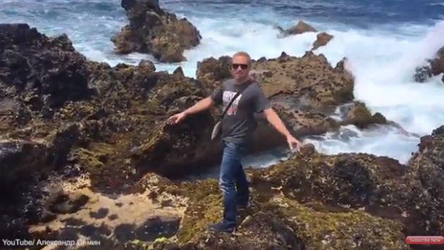 ¡Quiso sacarse la foto perfecta y terminó 'trolleado' por el mar! [VIDEO]