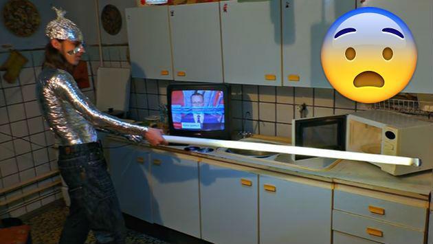 Estos son los 'experimentos' más raros hechos con un microondas [VIDEO]