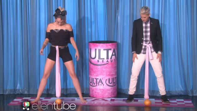 Miley Cyrus y Ellen DeGeneres juegan 'Wrecking Balls'