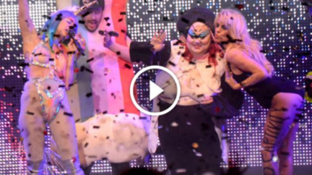 ¡Miley Cyrus y Pamela Anderson juntas en concierto! [VIDEO]