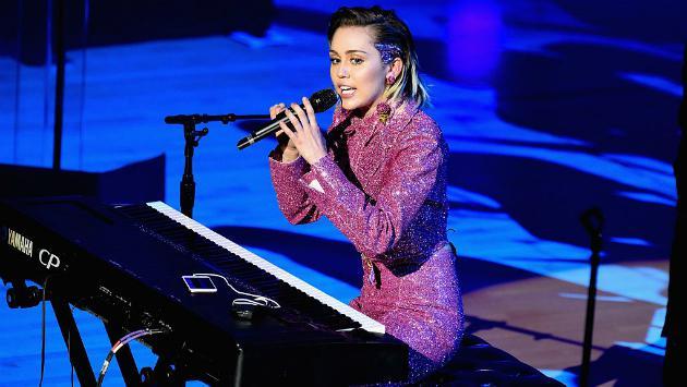 Miley Cyrus y su 'embarazo' ya no es secreto para sus amistades