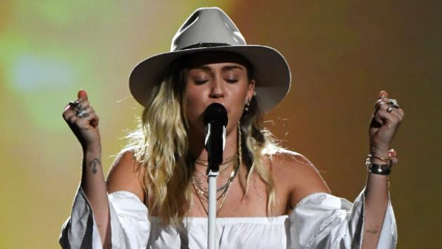 Miley Cyrus dedica su presentación en 'The Voice' a afectados en Manchester [FOTOS Y VIDEO]
