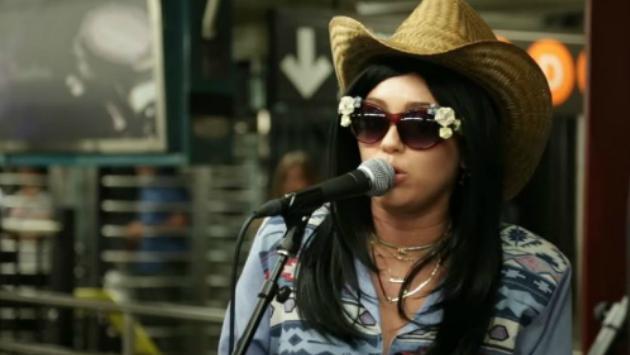 ¡Miley Cyrus se disfraza en el metro de Nueva York junto a Jimmy Fallon! [VIDEO]
