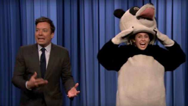 Miley Cyrus se disfraza en The Tonight Show [VIDEO]