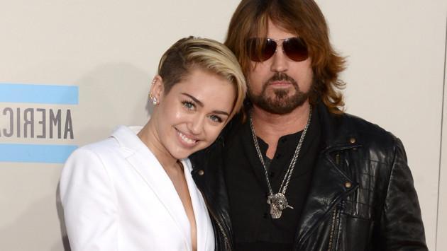Miley Cyrus sorprende cantando a dúo con su padre