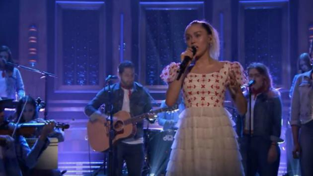 Miley Cyrus canta 'Malibu' e 'Inspired' en 'The Tonight Show' con Jimmy Fallon [FOTOS Y VIDEO]