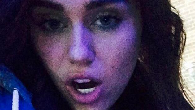¿Miley Cyrus volvió al pasado? ¡Es morena otra vez! [FOTO]