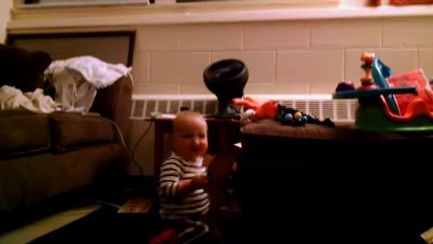 ¡Mira a este bebé emocionarse y bailar al abrir una tarjeta musical! [VIDEO]