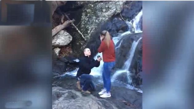 ¡Mira lo que le pasó a esta novia cuando le propusieron matrimonio! [VIDEO]