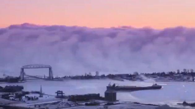 Banco de niebla apareció sobre un lago y causó terror [VIDEO]