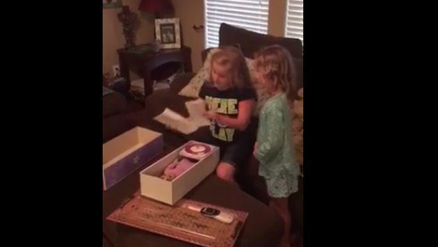 Te conmoverá la reacción de esta niña al recibir una muñeca con una pierna prostética [VIDEO]