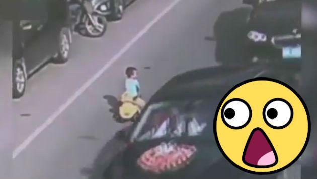 ¡Nooooooooo! Este niño manejó su auto de juguete en transitada pista [VIDEO]