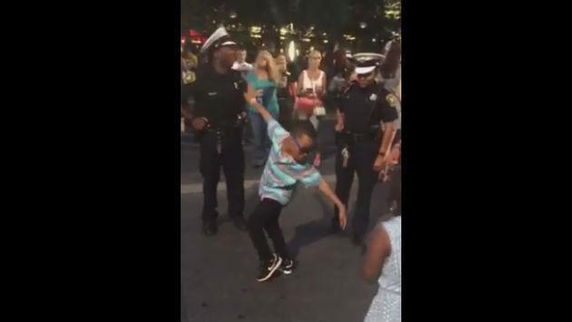 Este niño desafió a un policía... ¡a una competencia de baile! [VIDEO]