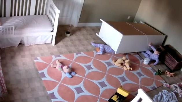 Niño de 2 años es viral de YouTube por salvar a su hermano al que le cayó un mueble [VIDEO]