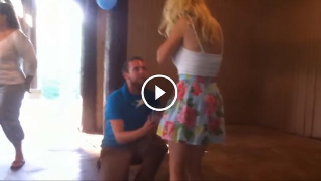 ¡Le pidieron la mano y se desmayó de emoción! [VIDEO]